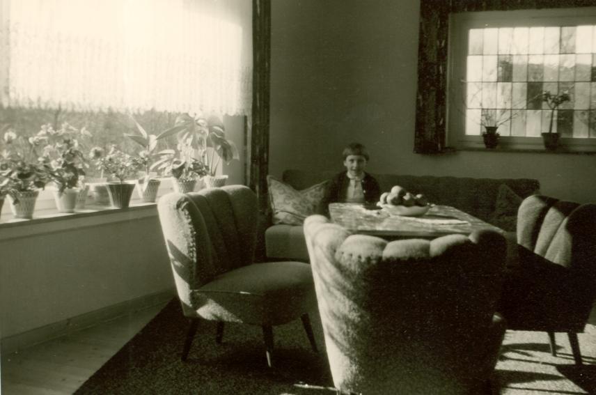 Im wohnzimmer auf dem sofa chroniknet private bilder for Wohnzimmer 1950